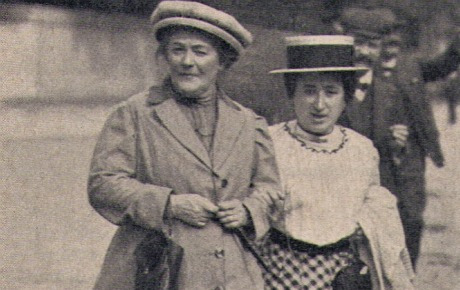 """Clara Zetkin (1857-1933) (à esquerda): professora, diretora da revista feminina social-democrata """"Die Gleichheit"""" e integrante do SPD. Amiga e confidente de  Rosa Luxemburgo, é uma figura histórica do feminismo; em 1910 propôs a criação do Dia Internacional da Mulher. Foi uma das fundadoras da Liga Spartakus; deputada do Reichstag pelo KPD de 1920 a 1933; exilou-se em Moscou onde morreu."""