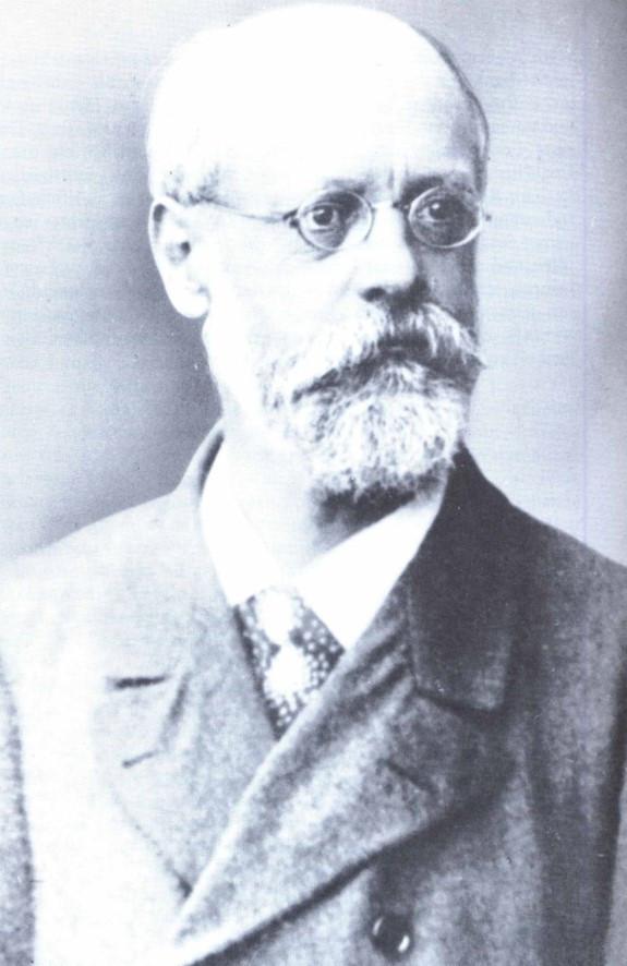 """Karl Kautsky (1854 - 1938): escritor, um dos fundadores da revista """"Neue Zeit, da qual foi redator-chefe até 1917. Teórico influente da Segunda Internacional, rompeu com o grupo de Rosa Luxemburgo depois de 1910, quando se aproximou da ala reformista do SPD com a """"estratégia do cansaço"""". Em 1917, um dos fundadores da USPD. Depois da Revolução Bolchevique de 1917 na Rússia, tornou-se crítico da política soviética."""