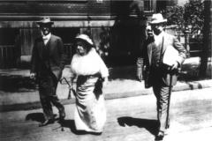 Rosa Luxemburgo e Paul Levi (1883 - 1930), à esquerda, seu advogado nos processos movidos pelo Ministério da Guerra alemão em 1914