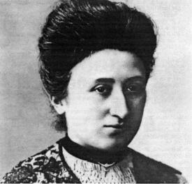 Rosa Luxemburgo no ano de 1900, em Berlim, após escrever