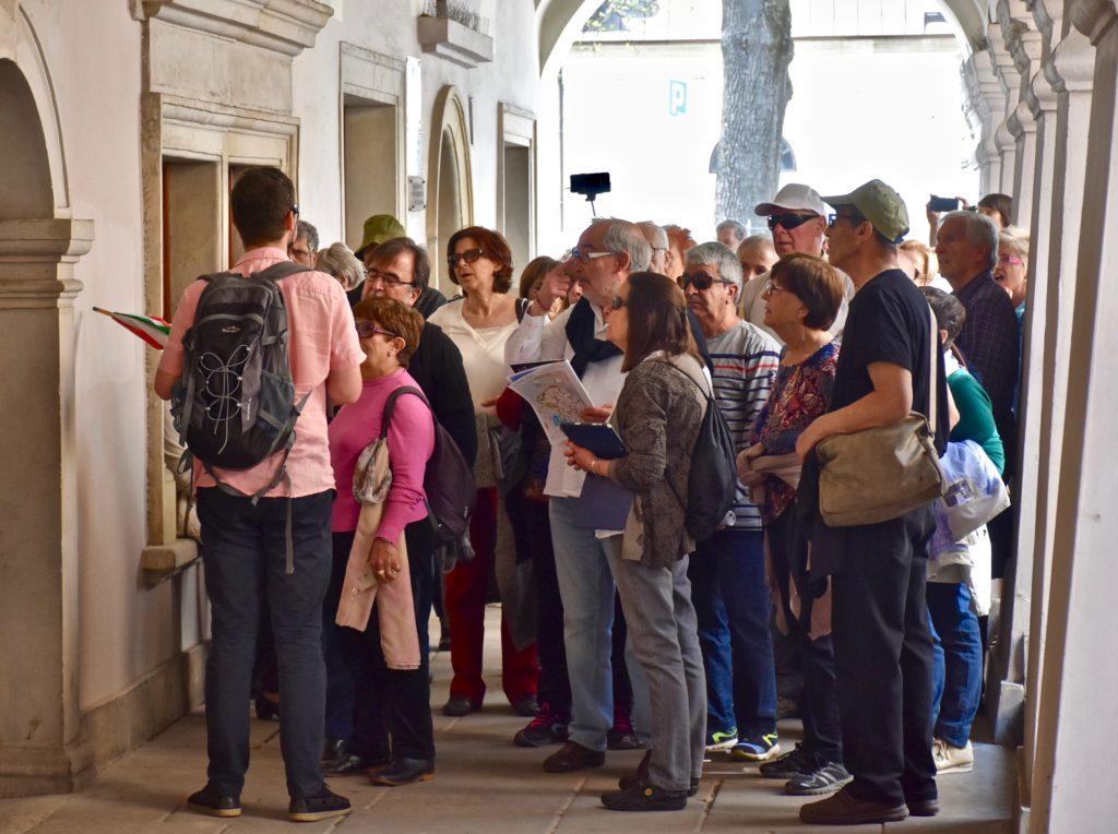 Turistas estrangeiros em Zamość, no lugar onde até março de 2018 estava pregada a placa em memória de Rosa Luxemburgo. (Foto: Holger Politt)
